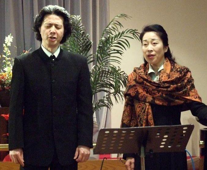 聖会の賛美を担当した稲垣俊也氏、遠藤久美子氏。2012年1月17日、東京中央教会(東京都新宿区)で。
