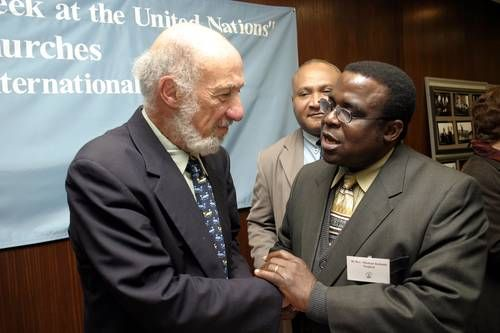 リチャード・フォーク教授(左)とナイジェリアのスティーブン大司教(右)、2003年米ニューヨークで(写真提供:WCC)