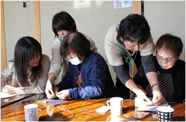 OLCスタッフと共に内職をする被災者の方々(写真提供:OLC)。