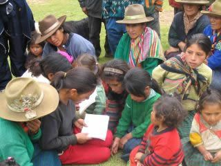 ペルーの土着民族が読み方を教えられている。