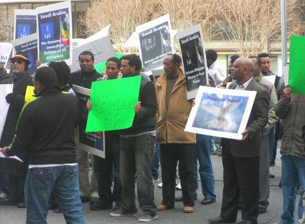 サウジアラビア大使館前で行われた抗議デモ=2012年2月21日、米首都ワシントンで(写真:クリスチャンポスト)<br />