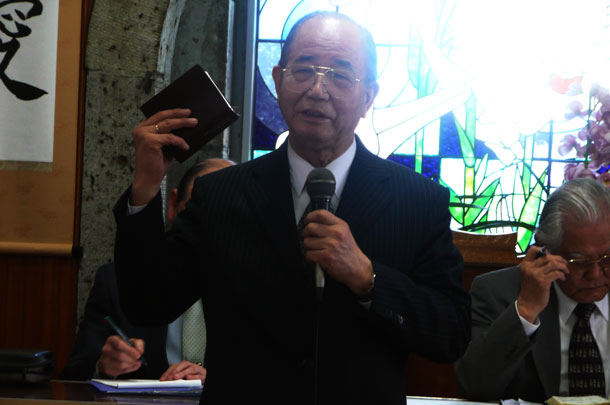 午前の総会で挨拶する奥山実氏=4月30日、日本キリスト宣教団黒磯福音教会(栃木県那須塩原市)で