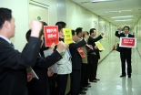 韓教連オフィス開所式にあわせて行われた抗議デモで韓教連の不法選挙を非難する牧師ら