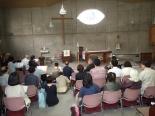 テゼの歌に心を一つにする人々の様子=4月30日、牛込聖公会聖バルナバ教会(東京都新宿区)で