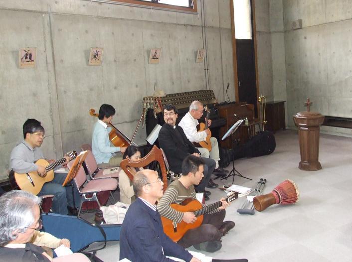 黙想と祈りの集い準備会の方々の奏楽の様子=4月30日、牛込聖公会聖バルナバ教会(東京都新宿区)で