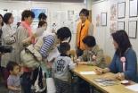 漫画家にサインを求める来場者=12日、東京・銀座の教文館で