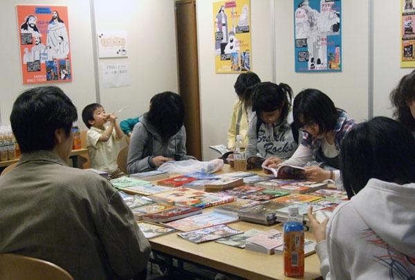 マンガ聖書を手に取る子どもたち=12日、東京・銀座の教文館で