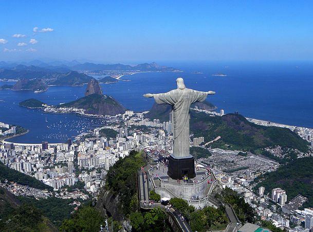 コルコバードのキリスト像とリオデジャネイロの市街風景