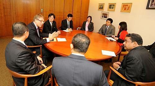中国基督教協会(CCC)の代表団らがWCCトゥヴェイト総幹事と会合を行っている。スイス・ジュネーヴで(写真提供:WCC)。