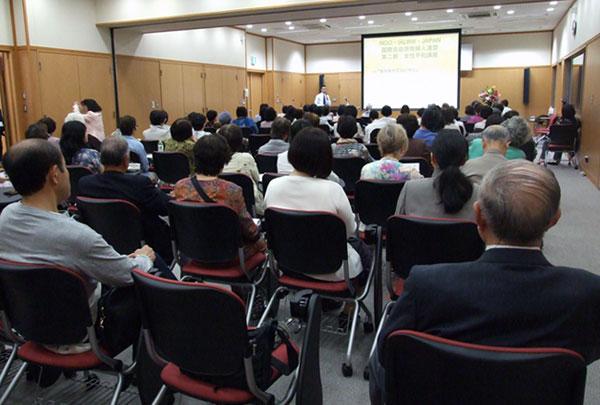 講師の話に耳を傾ける参加者たち=5月19日、東京都杉並区で