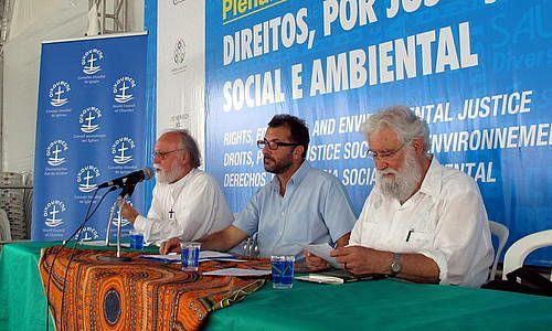 (左から)ウォルター・オルトマン博士、ギラーモ・カーバー博士、レオナルド・ボフ教授(写真提供・WCC)。