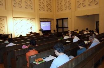 超教派一致祈祷会の様子。2012年7月11日、淀橋教会(東京都新宿区)で。