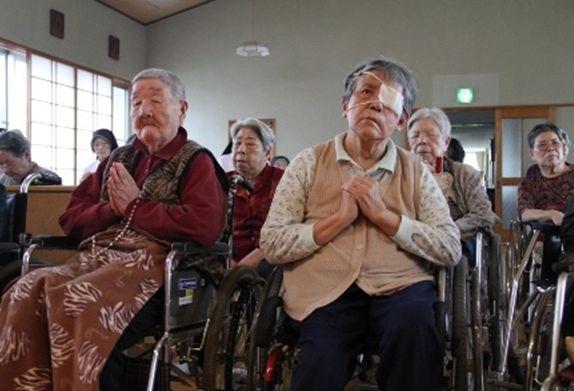 祈りを捧げる被ばく高齢者ら(©2011 SUPERSAURUS)