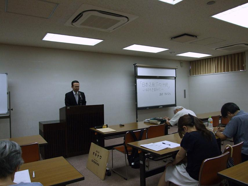 東京告白教会牧師篠塚予奈氏の祈りに合わせる参加者らの様子。2012年8月9日、東京都世田谷区で。