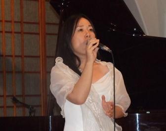 クリスチャンシンガー・ソング・ライターの向日かおり氏。2012年9月11日、淀橋教会(東京都新宿区)で。