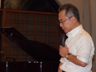 祈祷を捧げる高木康俊氏。2012年9月11日、淀橋教会(東京都新宿区)で。